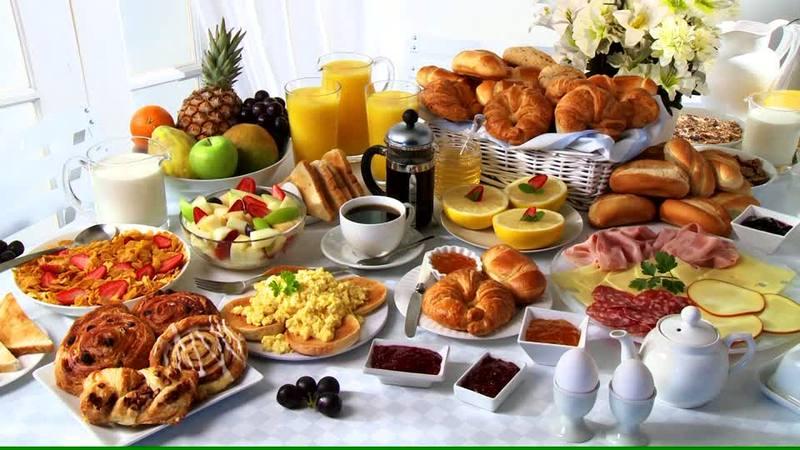 403203538-buffet-du-petit-dejeuner-assiette-froide-oeufs-brouilles-salade-de-fruits